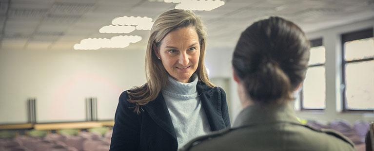 Portrait von Patricia Peill im Gespräch mit Bundeswehrsoldatin