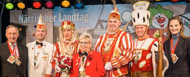 Patricia Peill mit dem Dreigestirn der KG Maiblömche Lichsteinstraß beim närrischen Landtag NRW