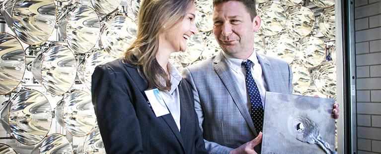 Patricia Peill mit Axel Fuchs beim der Einweihung des DLR Synlight