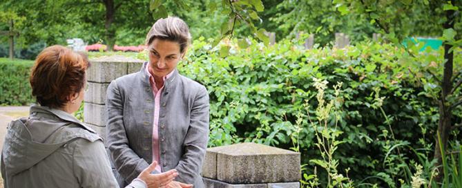 Patricia Peill im Brückenkopf Park Jülich mit Dorothee Esser-Link