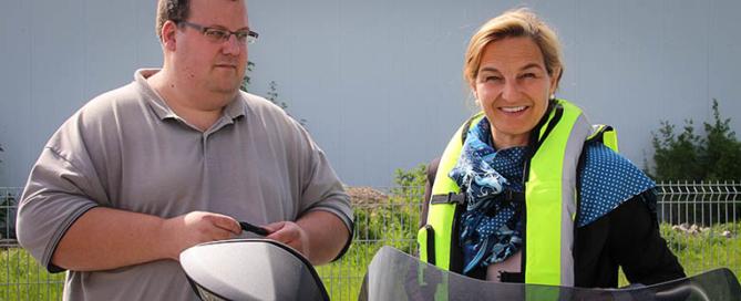 Maximilian Jankowski demonstriert Patricia Peill die Airbag-Weste