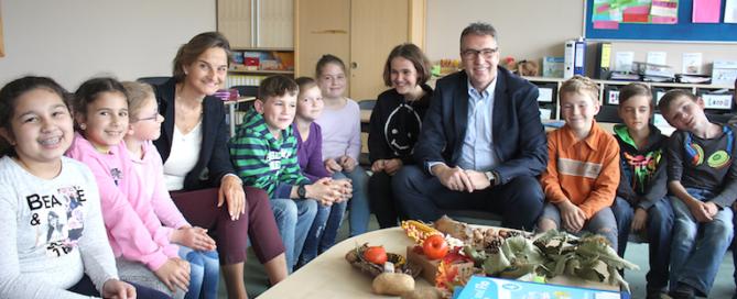 Landtagsabgeordnete Patricia Peill besucht mit Bürgermeister Jürgen Frantzen die Primusschule. Foto: PPP