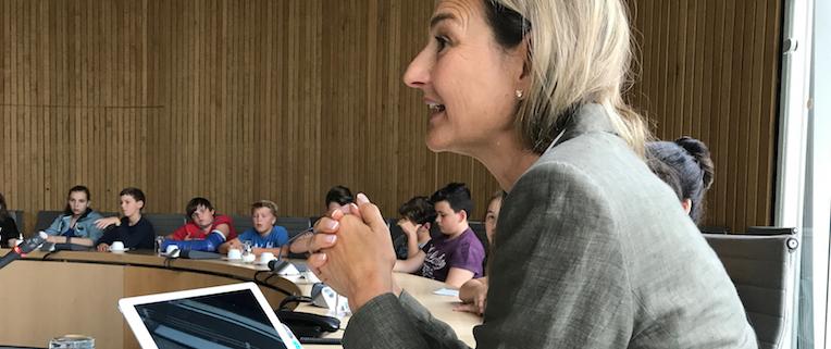 Patricia Peill im Gespräch mit einer Schulklasse im Landtag von Düsseldorf. Foto: PPP