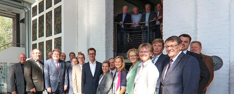 Verkehrsminister Hendrik Wüst kam im Deutschen Glasmalerei-Museum Linnich mit Bürgermeistern und politischen Vertretern des Kreises Düren zusammen. Foto: PPP
