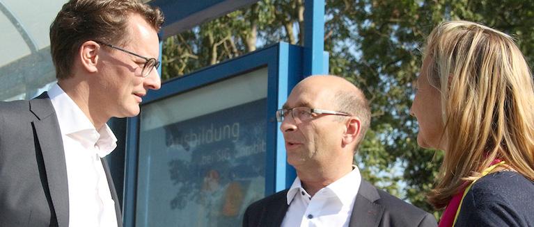 Ein offenes Ohr hatte Verkehrsminister Wüst auch am Rande des Austausches bei Einzelgesprächen mit Vertretern der Kommunen. Hier im Gespräch mit Achim Siepen und Patricia Peill. Foto: PPP