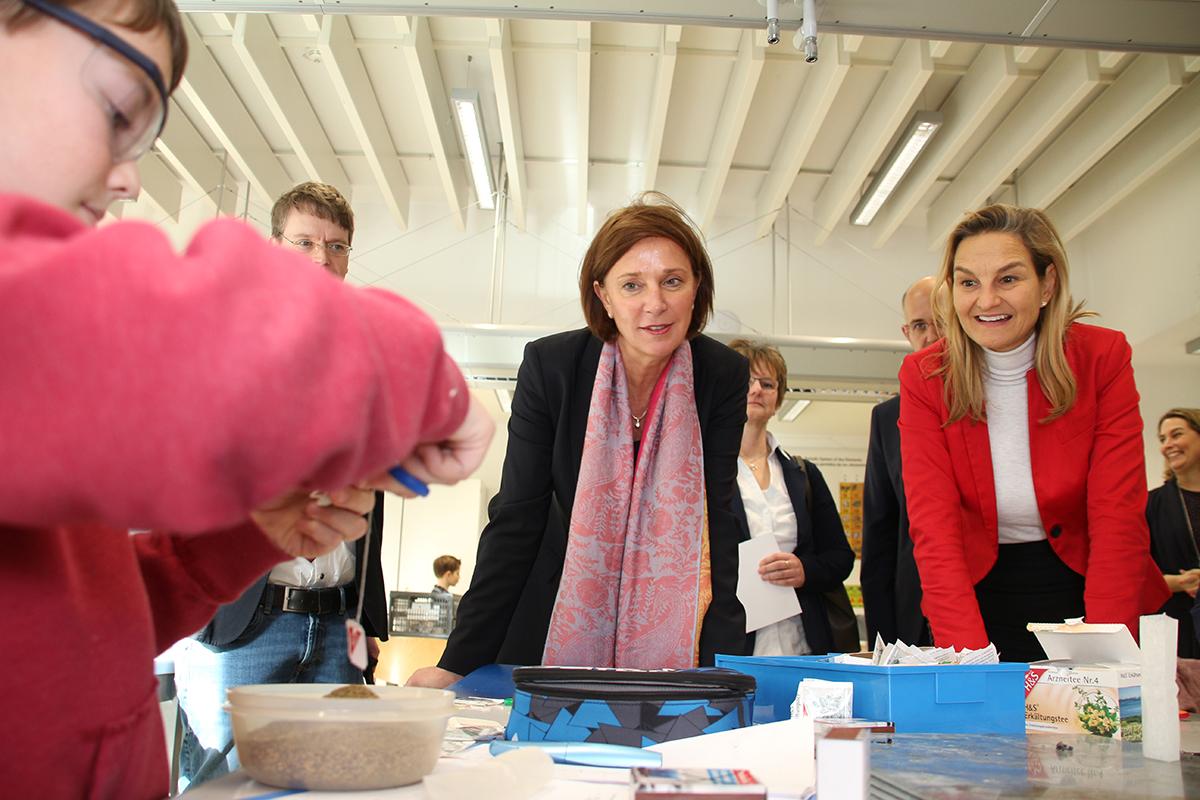 Ministerin Yvonne Gebauer und Patricia Peill besuchten die fit-AG im Gymnasium Haus Overbach. Foto: PPP