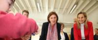 """Viel Spaß hatten Ministerin Yvonne Gebauer und Landtagsabgeordnete Patrica Peill an der """"fit-AG"""", in der sie den Start einer """"Ostfriesenrakete"""" beobachten konnten. Foto: PPP"""
