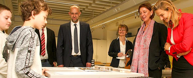 Ihr Projekt für Jugend forscht stellten Leon Bester und Matthias Nitsche Ministerin Yvonne Gebauer vor. Fotos: PPP