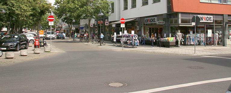 An der Kreuzung Poststraße, Kölnstraße, Schlossstraße war in Jülich ein Gefahrenschwerpunkt - ohne Kreisverkehr, der inzwischen als farbige Markierung für Orientierung sorgt. Foto: PPP