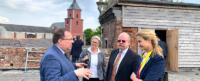 Über den Dächern der Kommende Siersdorf: Guido von Büren erläutert die Bedeutung des Ensembles und seiner Sanierung. Foto: PPP